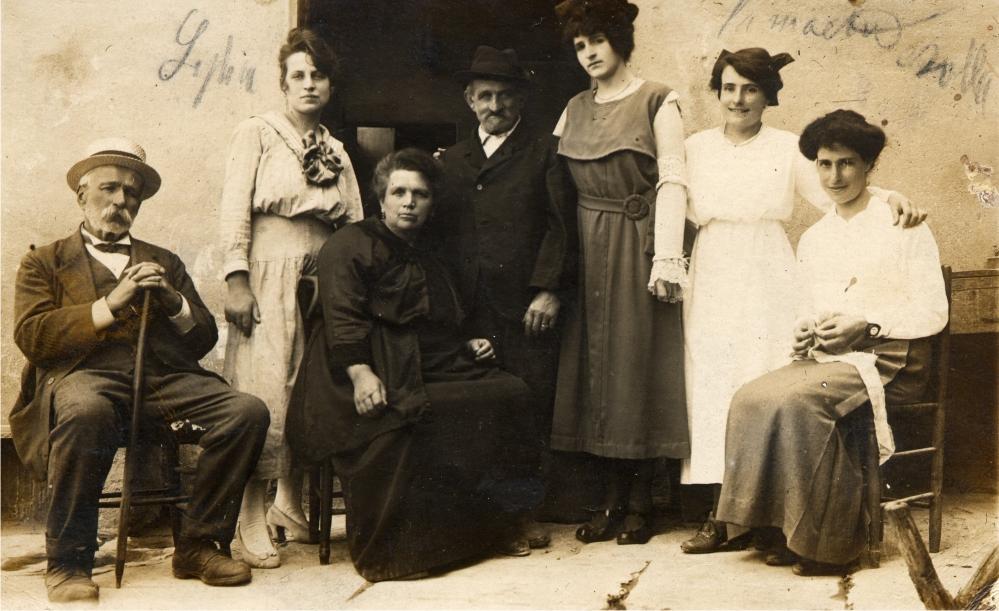 Manuelina, suo marito e sua figlia Vittoria con un gruppo di clienti fuori dalla vecchia osteria